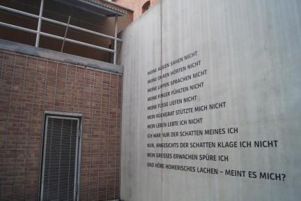 Im Freihof der Gedenk- und Bildungsstätte Andreasstraße: Kassiber-Text